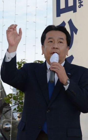 街頭演説する立憲民主党の枝野代表=1日午後、横浜市戸塚区