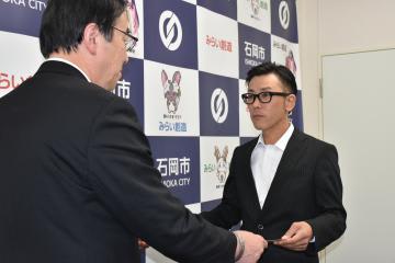 感謝状が贈られた飯田寿穂さん(右)=石岡市役所