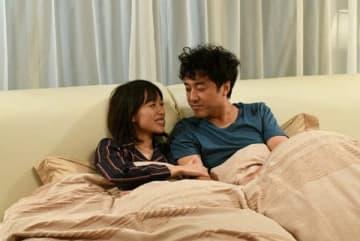 戸田恵梨香さんとムロツヨシさんが出演するドラマ「大恋愛~僕を忘れる君と」の1シーン(C)TBS