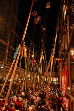 古河提灯竿もみまつりで、竹竿の先に付けた提灯をぶつけ合う参加者ら=古河市本町