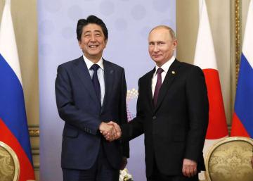 会談前にロシアのプーチン大統領(右)と握手する安倍首相=1日、ブエノスアイレス(共同)