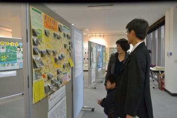 県内の小中学生が応募した作品の中から46点が展示されている=水戸市文京