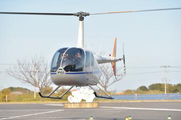 来季より販売開始されるヘリ送迎の観戦ツアーのデモ飛行で、カシマスタジアムに到着したヘリコプター=鹿嶋市神向寺、高松美鈴撮影