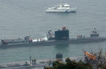佐世保港に入港した米原潜サンタフェ