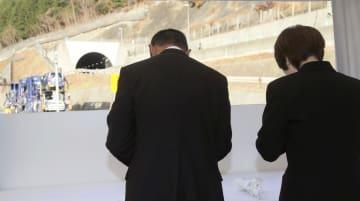 中央自動車道笹子トンネルの上り線出口(奥)付近の仮設テントで献花する遺族=2日午前、山梨県大月市(代表撮影)