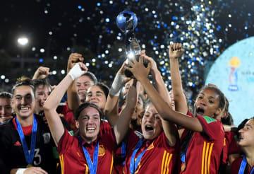 トロフィーを掲げ、優勝を喜ぶスペインの選手たち=1日、モンテビデオ(ロイター=共同)
