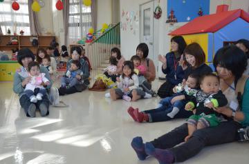 日立市子どもセンターで遊技を楽しむ参加者=同市西成沢町