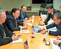 国務、国防総省の担当者に基地問題の現状を説明する玉城デニー知事(右)=11月14日、米ワシントン・国務省