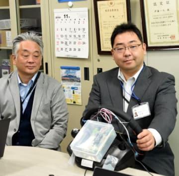 路面状況を振動で伝えるシステムを開発する伊藤一也准教授(右)と大関一陽社長