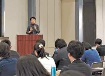 東日本大震災後に入庁した若手を含む約100人を前に当時の経験を語る木須氏