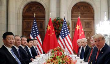 米中首脳会談、トランプ大統領(右端)と習近平国家主席(左端)=1日、ブエノスアイレス(ロイター=共同)