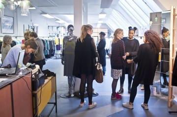 レナ・ザ・ファッション・ライブラリーで。ファッショントレンドにも、環境問題にも敏感なミレニアル世代が主な顧客だ © Lena the Fashion Library