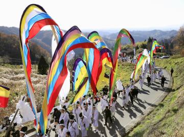 無病息災や五穀豊穣を祈願する「木幡の幡祭り」で鮮やかな5色の旗「五反幡」などを掲げて練り歩く行列=2日午後、福島県二本松市