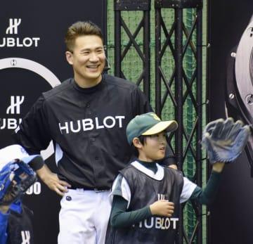 慈善イベントで子供たちのキャッチボールを笑顔で見守る米大リーグ・ヤンキースの田中将大投手=2日、神宮球場
