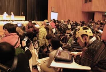ピープルファーストの全国大会で強制不妊手術の証言を聞く参加者(奈良市・奈良県文化会館)