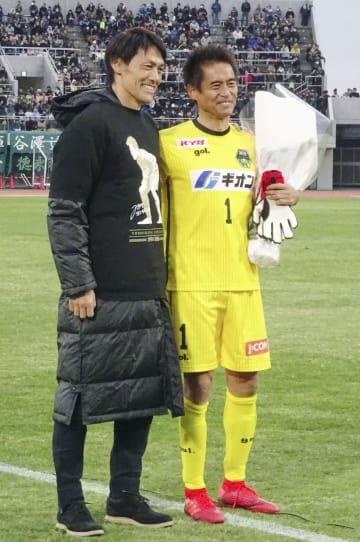 今季最終節を終えた後の引退セレモニーで、名古屋GK楢崎(左)と記念撮影に納まるJ3相模原の元日本代表GK川口=相模原ギオンスタジアム