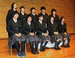 式典で記念撮影する夙川高の柔道部メンバー=神戸市中央区中山手通4、ラッセホール
