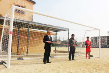 乾選手からの寄付金で購入したサッカーゴールの贈呈式(近江八幡市・八幡中)