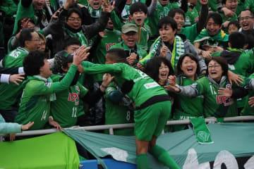 決勝ゴールを決めたドウグラス・ヴィエイラ。ファンのもとへ駆け寄り喜びを分かち合う photo/Getty Images
