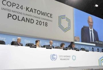 ポーランド・カトウィツェで開幕した国連気候変動枠組み条約第24回締約国会議。スクリーンに映るのは議長に選ばれたポーランドのクリティカ環境副大臣=2日(共同)