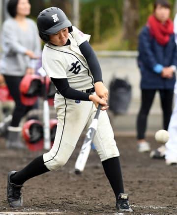 【古城-杉の子】3回裏古城2死一塁、2点本塁打を放つ黒木=県総合運動公園