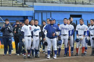 県内の高校野球指導者や選手に向けて講演する新日鉄住金鹿島の中島監督(中央)=ひたちなか市民球場