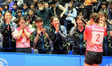 日本リーグのPOで初優勝を決め、歓喜の笑顔と涙が入り交じる中国電力の選手