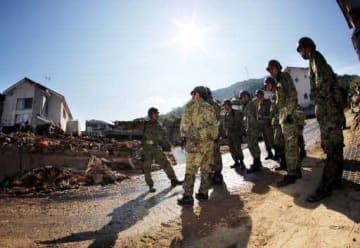 酷暑の中、広島県熊野町の大原ハイツで行方不明者を捜索する自衛隊員(7月14日)