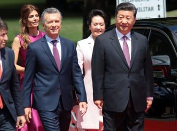 中国の習近平国家主席(右)を出迎えたアルゼンチンのマクリ大統領=2日、ブエノスアイレス(ゲッティ=共同)