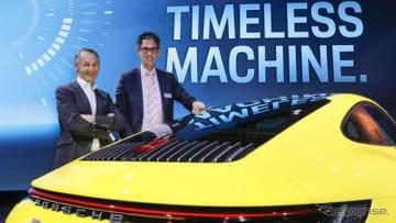 新型ポルシェ 911 の開発責任者、アウグスト・アッハライトナー氏(左、ロサンゼルスモーターショー2018)