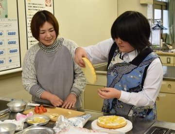 オープンスクールでケーキ作りを体験する参加者=伊万里市の敬徳高校