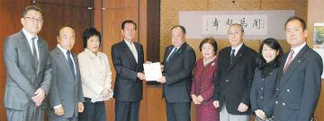 最終答申案を提出する井原委員長(中央左)と加藤議長(中央右)