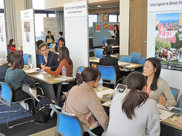 来場者の相談に乗る現地スペイン語学校のスタッフら=1日、大阪市北区の梅田センタービル