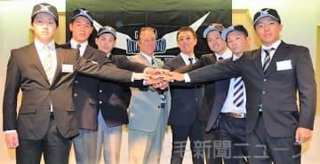 平野監督(右から4人目)と高橋コーチ(同5人目)を囲み、来季の活躍を誓う新入団選手=ホワイトイン高崎