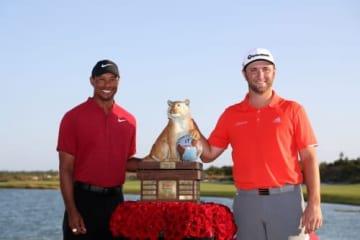タイガー・ウッズ(左)の大会で勝利を遂げたジョン・ラーム(撮影:GettyImages)