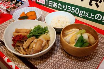 滋賀県産の鶏肉や野菜を使った「じゅんじゅん」やみそ汁などが並ぶ献立(滋賀県彦根市・ビバシティホール)
