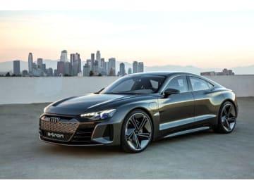 ロサンゼルスモーターショー2018でアウディが発表した全長×全幅×全高4960×1960×1380mmの軽量なEVの4ドアクーペ「Audi e-tron GT concept」