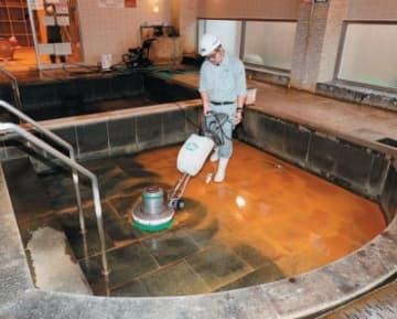 師走恒例の大掃除をする従業員。27日まで16施設が順次休館し、年末年始に備える=3日午前、別府市の「不老泉」