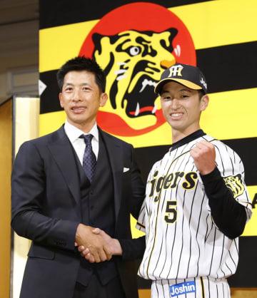 入団記者会見で矢野監督(左)と写真に納まる阪神ドラフト1位の近本光司外野手=3日、大阪市内のホテル