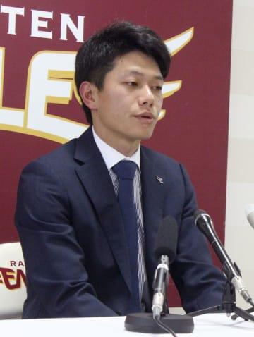 契約更改交渉を終え、記者会見する楽天の田中=3日午後、仙台市の球団事務所