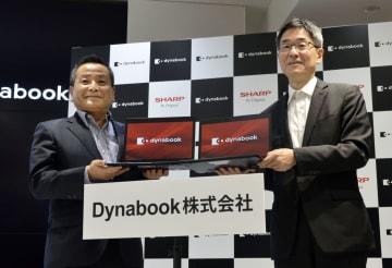 パソコン事業の説明会を開いたシャープの石田佳久副社長(左)ら=3日、東京都港区