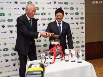青木功JGTO会長(左)と6冠を達成した今平周吾(撮影:ALBA)