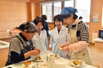 南九州大の教授らのアドバイスを受けながら調理する受講生
