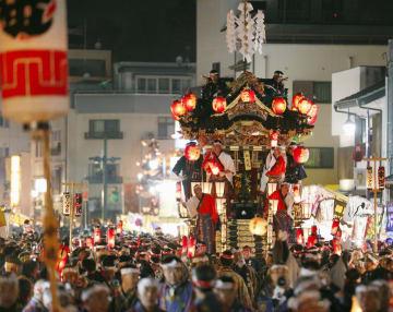 「秩父夜祭」で通りを進む山車=3日夜、埼玉県秩父市