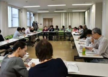 外国人にボランティアが個別指導する日本語教室=横浜市