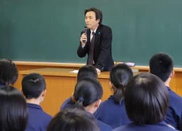 中学生を前に講演する蓮池薫さん=3日、柏崎市