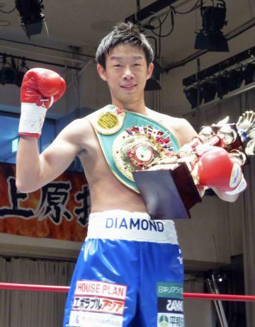 ボクシングの東洋太平洋フェザー級タイトルマッチで勝利し、4度目の防衛にポーズをとる清水聡=後楽園ホール