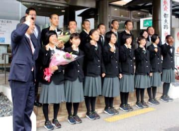 奥田町長(前列左端)の音頭で気合を入れる世羅高の陸上部員たち