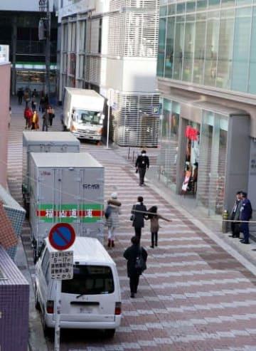 貨物集配中のトラックなどが並ぶアリスガーデン東側の市道(画像の一部を修整しています)