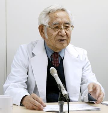 独自に開発した高分子抗がん剤を用いて、抗がん作用をさらに高める新たな手法について解説する前田浩・熊本大名誉教授=3日、熊本市中央区
